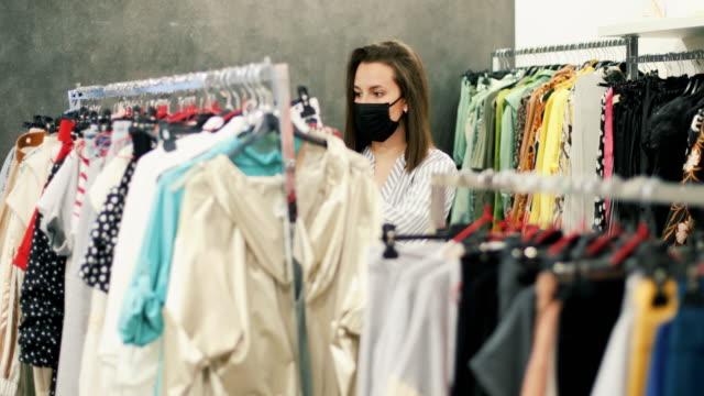 shopping dopo che il virus corrona è stato indebolito - comprare video stock e b–roll