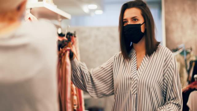 vídeos y material grabado en eventos de stock de compras después de que el virus de corrona se haya debilitado - vestimenta