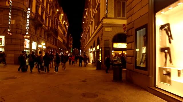 shopping-district in florenz - schaufenster stock-videos und b-roll-filmmaterial