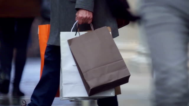 shopping bags crowd - borsa della spesa video stock e b–roll