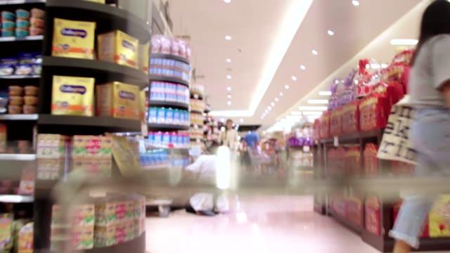 kundvagn i supermarket med tids fördröjning hög hastighet. - dagligvaruhandel, hylla, bakgrund, blurred bildbanksvideor och videomaterial från bakom kulisserna