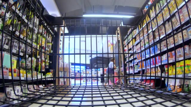 tids fördröjning för kund vagnen - dagligvaruhandel, hylla, bakgrund, blurred bildbanksvideor och videomaterial från bakom kulisserna