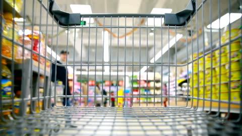 vídeos de stock e filmes b-roll de shopping cart - consumismo
