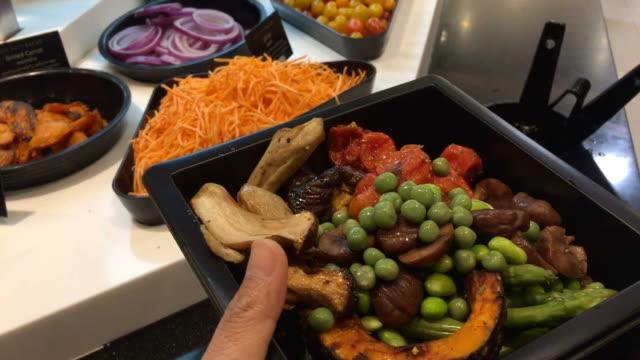 Essen im Salat-Bar im Supermarkt einkaufen – Video