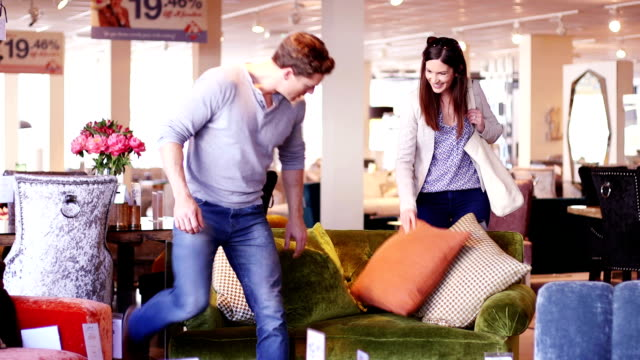 shopping för en ny soffa - spendera pengar bildbanksvideor och videomaterial från bakom kulisserna