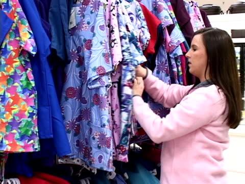 shopping für kleidung (pal-format - kürzer als 10 sekunden stock-videos und b-roll-filmmaterial