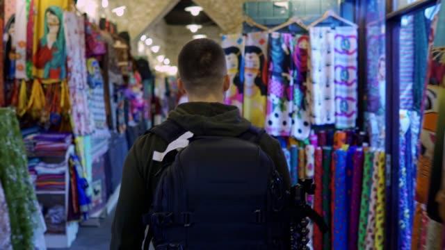 vidéos et rushes de shopping dans un vieux marché - doha