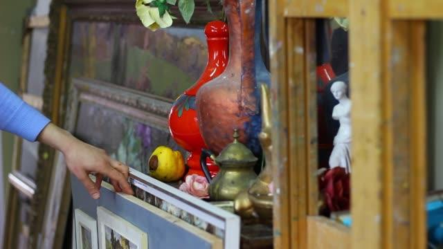 einkaufen in antiquitätengeschäft - antique shop stock-videos und b-roll-filmmaterial