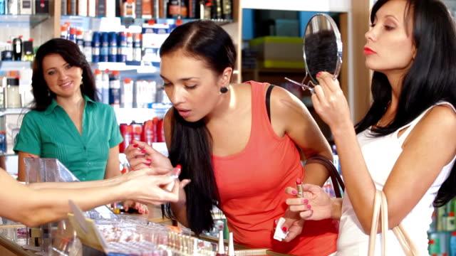 магазины в красоту отдел - служащая стоковые видео и кадры b-roll