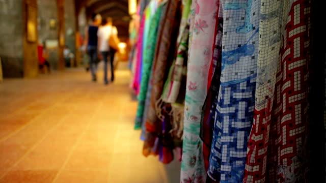 shopping nel centro storico di un bazar turco - grand bazaar video stock e b–roll
