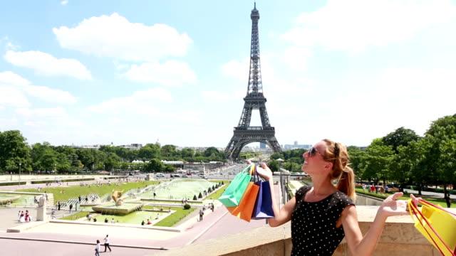 vídeos de stock, filmes e b-roll de compras em paris - moda parisiense