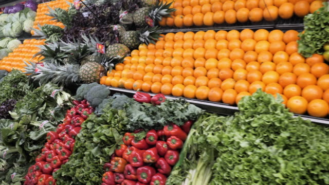 shopping in supermarket - fruit and vegetables department - jarzyna filmów i materiałów b-roll