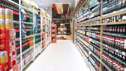 vidéos et rushes de achats dans le supermarché - marchandise