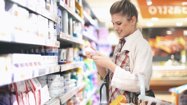 shopping in supermarket - profumato video stock e b–roll