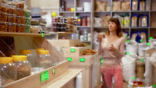 shopping in the grocery - nuts 個影片檔及 b 捲影像