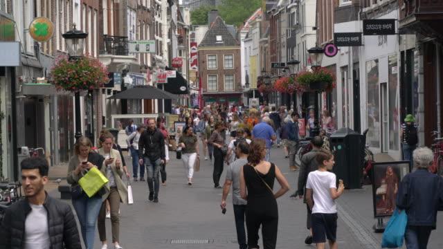 shopping i den gamla stadskärnan i utrecht - nederländerna bildbanksvideor och videomaterial från bakom kulisserna