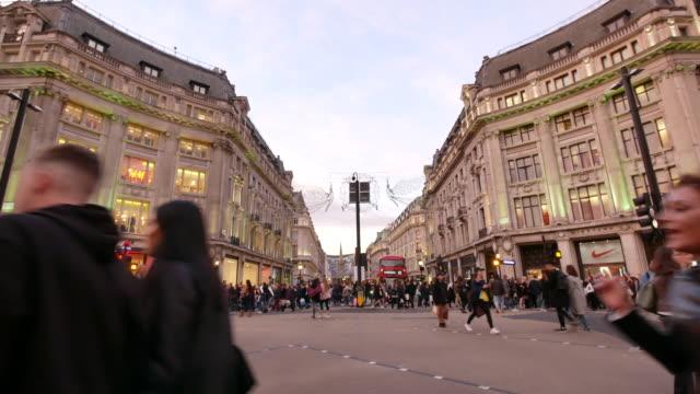 vidéos et rushes de 4 k shopping sur oxford street noël, londres - mode londres