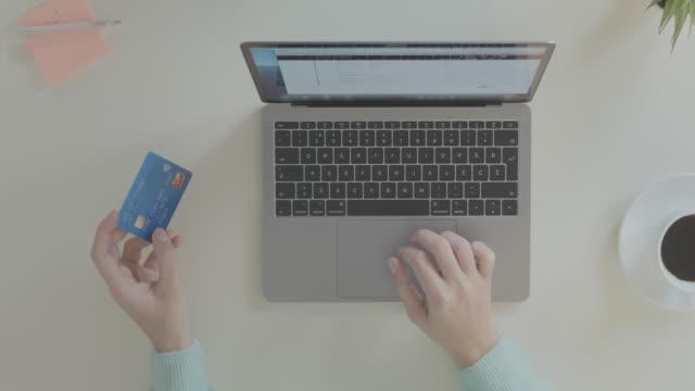 vídeos de stock, filmes e b-roll de compras online com cartão de pagamento - costumer