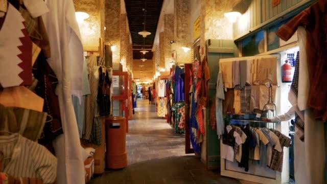 stand commerciali nel tradizionale mercato del souk del medio oriente arabo locale - souk video stock e b–roll