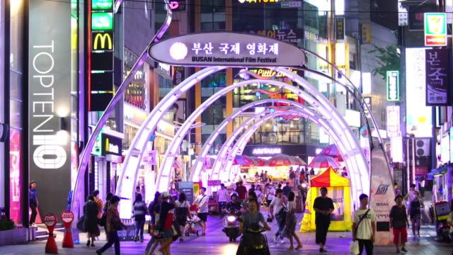 vídeos de stock, filmes e b-roll de rua de compras à noite em busan, coréia do sul - coreia