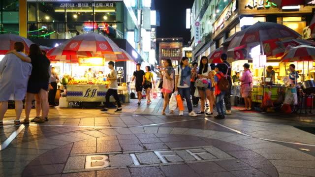 busan, güney kore'de gece alışveriş caddesi - güney kore stok videoları ve detay görüntü çekimi