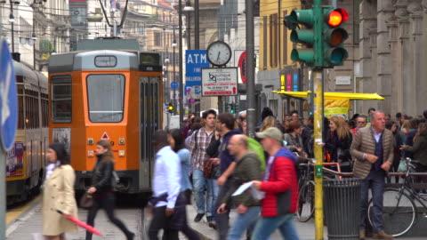 vidéos et rushes de rue commerçante à milan - italie