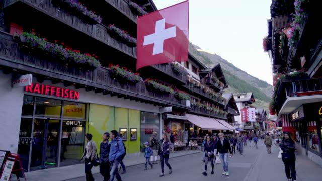 stockvideo's en b-roll-footage met winkelstraat in zermatt dorp, zwitserland - zermatt