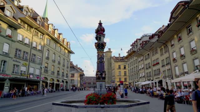 einkaufsstraße mit uhrturm in bern city - kanton bern stock-videos und b-roll-filmmaterial