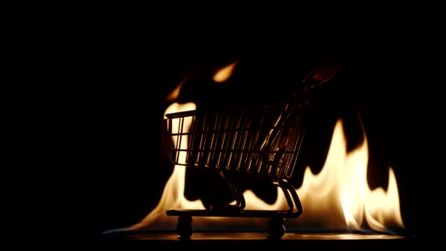 slow motion: shopping trolley in a fire - zagadnienia filmów i materiałów b-roll