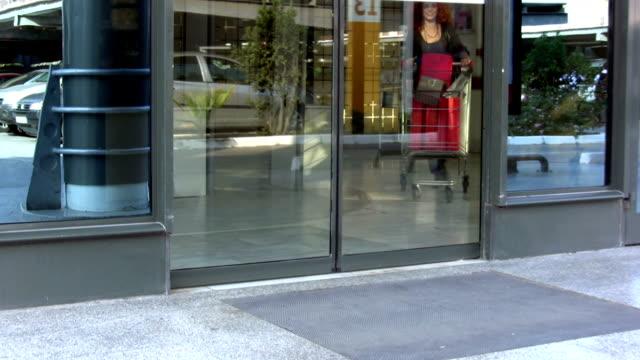 vidéos et rushes de les boutiques - porte entrée