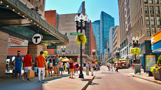 Shopping zu Fuß Straße. Boston. Menschen. Finanz-Business-Gebäude im Hintergrund – Video