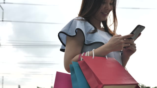 Shopping woman with Smart phone video