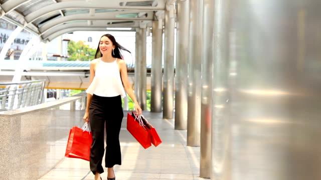 stockvideo's en b-roll-footage met zee: shopping: vrouw met winkelen bags.hd formaat. - woman very rich