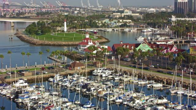 vídeos de stock, filmes e b-roll de antena shoreline aquatic park em long beach, califórnia - marina