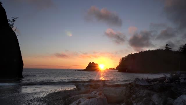 shoreline at rialto beach at sunset in olympic np - ocean spokojny filmów i materiałów b-roll