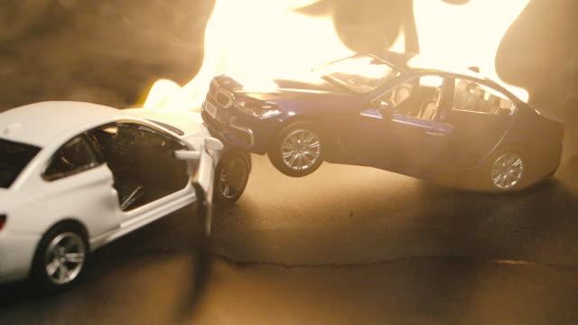 SLO MOショット車モデル事故シミュレーション燃やす炎炎黒背景 ビデオ
