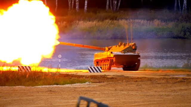vidéos et rushes de tir de canon antichar autopropulsé de 2s25 «sprut-sd» - mitrailleuse