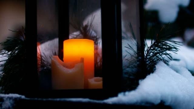 cu schuss von kerzen stehen draußen im schnee - advent stock-videos und b-roll-filmmaterial