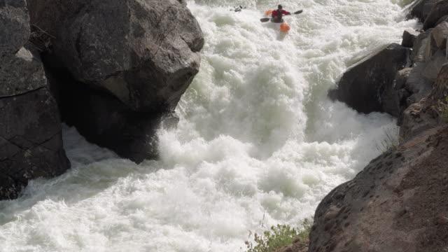 ドローン撮影ホワイトウォーターカヤック滝ドロップのショット ビデオ