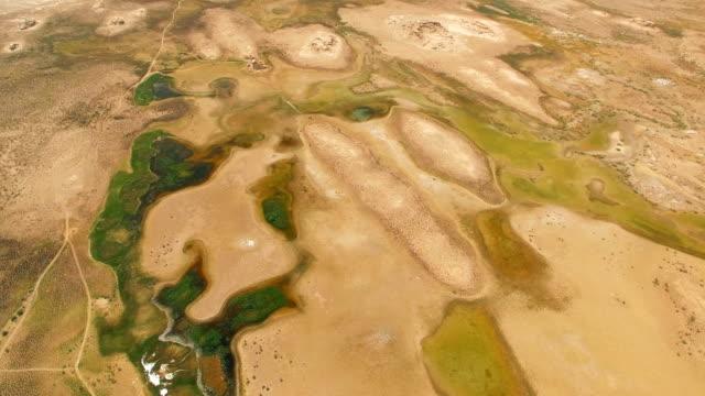 aerial aufnahme von gebi wüste, xinjiang, china. - aerial overview soil stock-videos und b-roll-filmmaterial