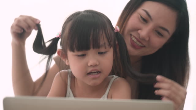 vídeos de stock e filmes b-roll de shot of mother and daughter looking at laptop - girl study home laptop front