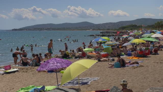 vidéos et rushes de photo de personnes profitant de la plage. - canicule