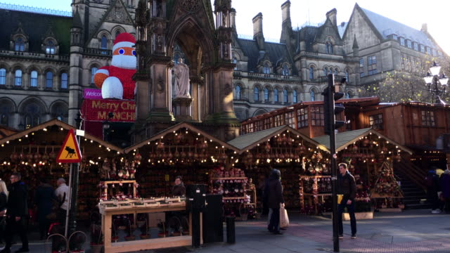 manchester,uk - december 16, 2016. shot of shoppers at the christmas market in front of the manchester town hall on albert square. december 16, 2016 - manchester inghilterra video stock e b–roll