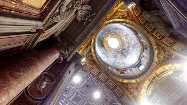 skott av långhuset och insidan av peters kyrkan i rom, italien - påve bildbanksvideor och videomaterial från bakom kulisserna
