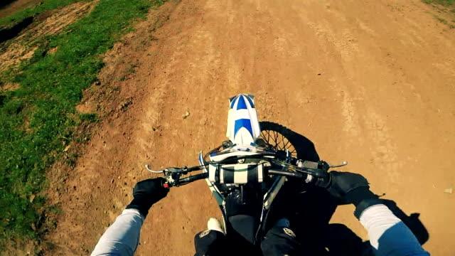 ein schuss der fahrer motorrad-lenker aus einem hohen winkel helmkamera. - stuntman stock-videos und b-roll-filmmaterial