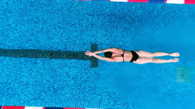 空中ショット。スイミング プールでプロの水泳選手。 - 水泳点の映像素材/bロール
