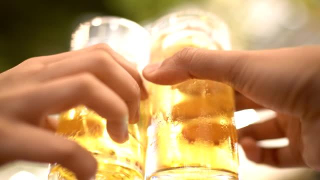 4 k - 9 ショット歓声!夜のクラブで幸せなビール パーティー - 飲み会点の映像素材/bロール