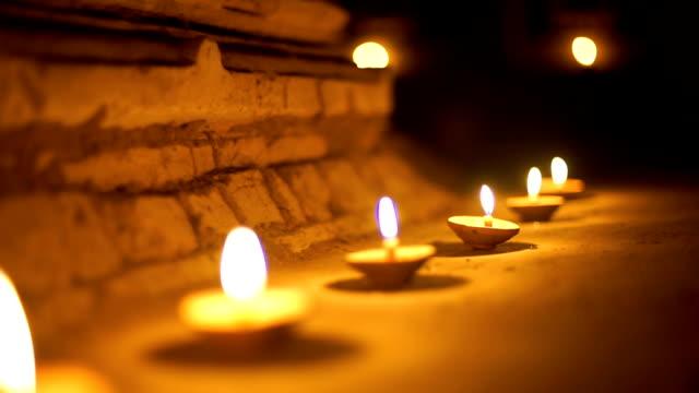 2 disparos de budismo vela en templo - vídeo