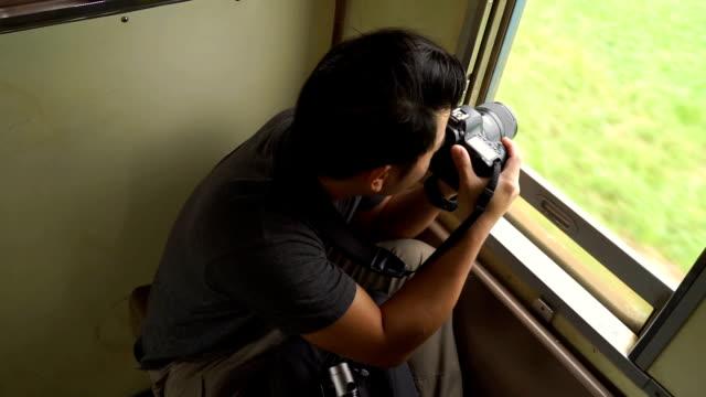列車で 3 ショット旅行者の男撮影 - 乗客点の映像素材/bロール