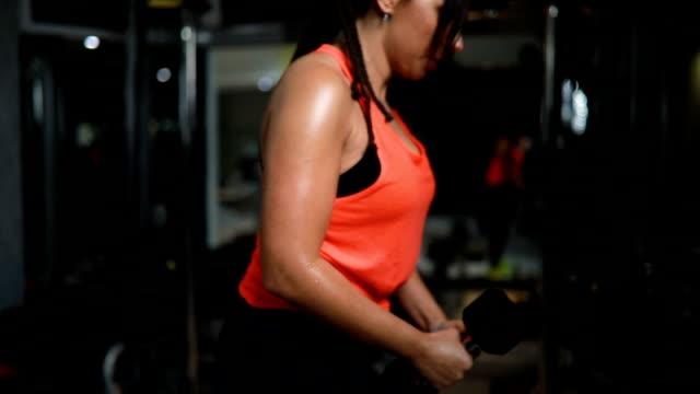 shoulder workout - giuntura umana video stock e b–roll
